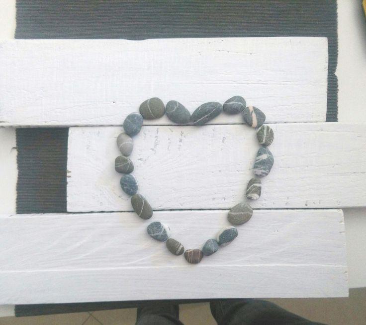 Love is in the air. Tre pezzi di un bancale di legno dipinti di bianco diventano la base per questo cuore fatto di sassi di mare in chiaro stile shabby chic.Un meraviglioso esempio di cosa si può fare con il riciclo creativo!