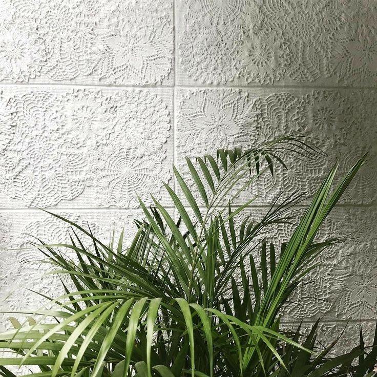 Revestimento Memorare por @cyntia_sabat_arquitetura : E este lindo revestimento da @maskirevestimentos de frente com esta vegetação .. já tinha postado fotos desta parede... hoje segue imagem do detalhe e da composição ... .. #cyntiasabat #anacristinamaraujo #revestimentosespeciais #decor #decoração #design #designdeinteriores #arquiteta #arquitetarj #arquitetosrj #arquiteturarj #ilovemyjob #apto #varanda #leme #rio #interiordesign #interiores #instadecor #crochet #croche #crochetlove…