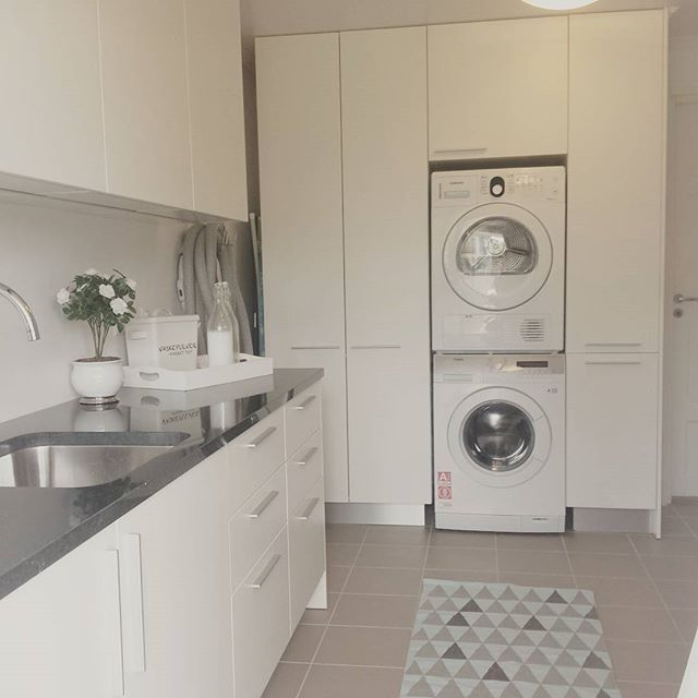 Ryddig vaskerom 😄👍 Før ein gångs skyld 😅 #interior4you1 #interior123 #2015interior #interiorharmoni #interior_and_living #interiorinspiration #interiorforinspo #newroominterior #nordicinspiration #modernhome #vaskerom #laundryroom #skandinaviskehjem #finahem #skittentøyssjakt #granitt
