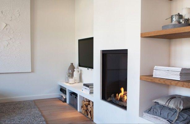 Gezellige en praktische wand met openhaard en tv. Ontworpen en gestyled door…