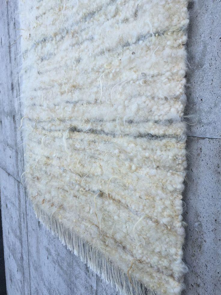 Vevet teppe i naturull fra gammlenorsk spælsau. Bomullsrenning. Størrelse ca. 180x90 cm   frynser. ...