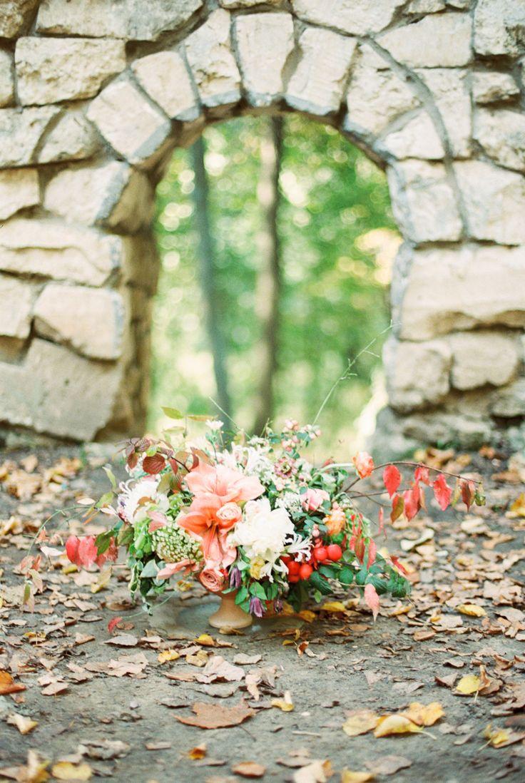 photo: Lena Eliseeva  #amarilis, #flowercenterpiece, #autumnweddingdecor, #tableflowerdecor, #tabledecor, #fallwedding, #weddingdecor