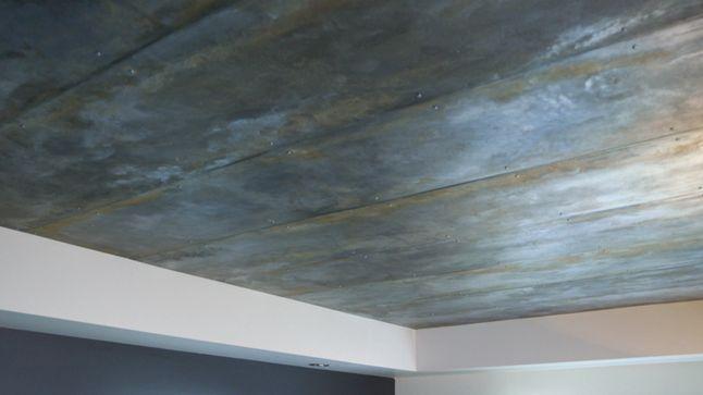 APRÈS : L'alcôve du plafond a été utilisée à son plein potentiel distinctif, en faisant appel à une artiste en arts décoratifs, qui y a appliqué des feuilles de métal légèrement usées et vieillies pour un effet réfléchissant hors du commun.