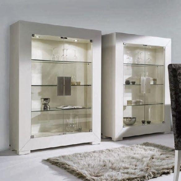 Vitrina BARI de Expormim, para salón/comedor, con 2 puertas de cristal y luz interior. De madera de roble, acabados tinte y sólido (blanco laca). Tiradores de madera o metal. Estilo contemporáneo.