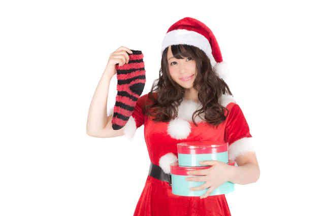 「靴下とプレゼントを持った女性サンタさん」の写真素材|使って楽しい、見て楽しい。会員登録不要のフリー写真素材ぱくたそ