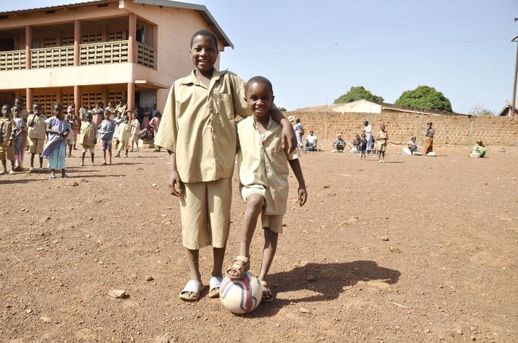 Diallo ha 8 anni e viene dalla Guinea. È ipovedente e Sightsavers gli ha fornito una strumentazione speciale per aiutarlo a studiare alla scuola locale. Grazie al campanello inserito nel pallone non ha dovuto rinunciare a giocare al suo sport preferito!