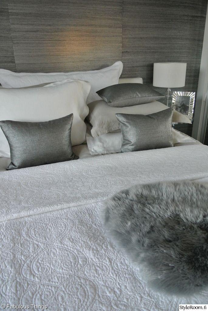 makuuhuone,makuuhuoneen sisustus,makuuhuoneen tekstiilit,valkoinen,harmaa