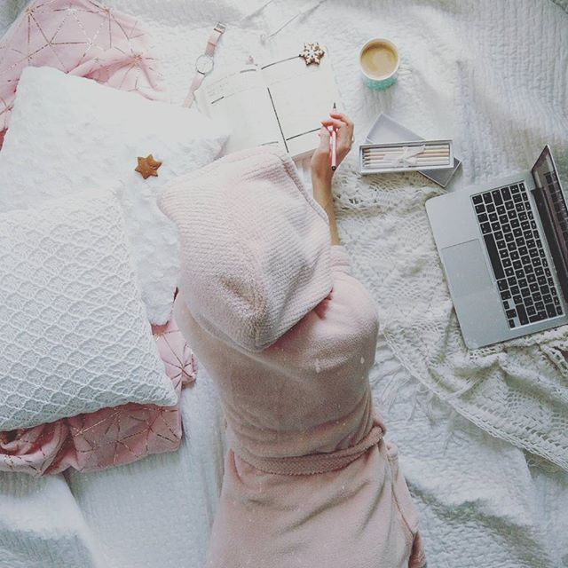 Dziś ważny dzień. Dzień odpoczynku. . . . #cozylife #cozy #coffee #relax #saturday #pink #afterlight #coffeelover #bedding #bedroom #white #appleandcoffee #weekend #pastels