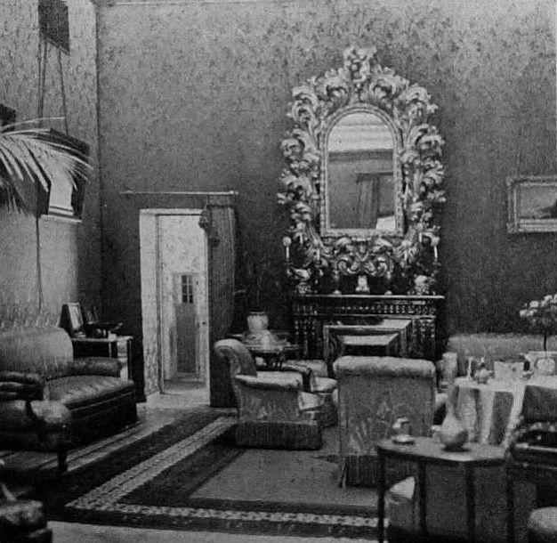 Оранжевая гостиная во дворце В.К. Ксении Александровны и В.К. Александра Михайловича; через дверь видна белая гостиная.