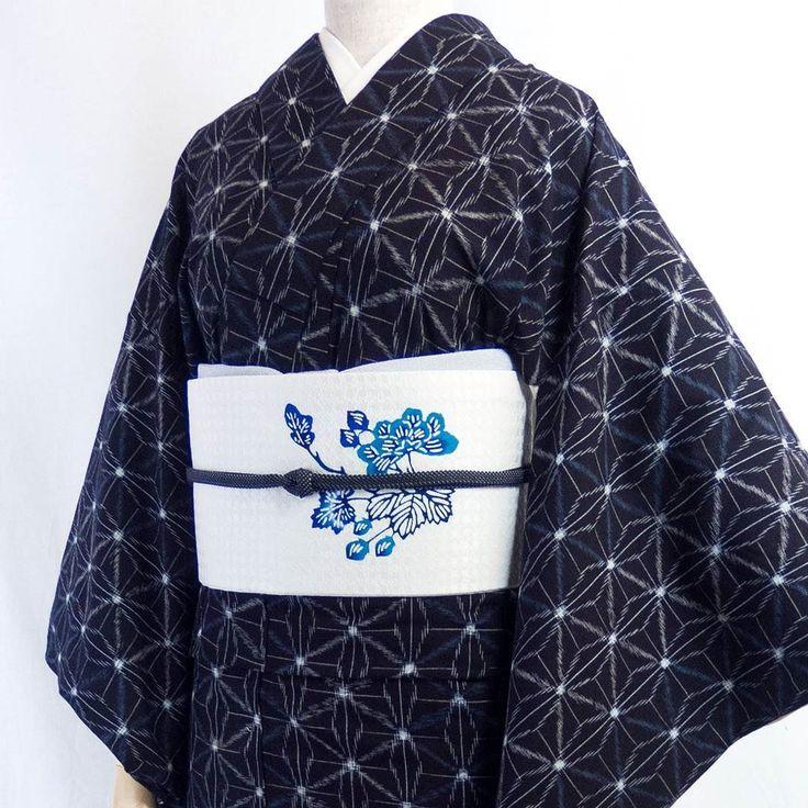 着物の仕事をしているとだんだん季節の先取りが癖になってきます(笑)  今回は麻の葉文様が涼やかな綿の着物琉球藍型のコーディネートです…