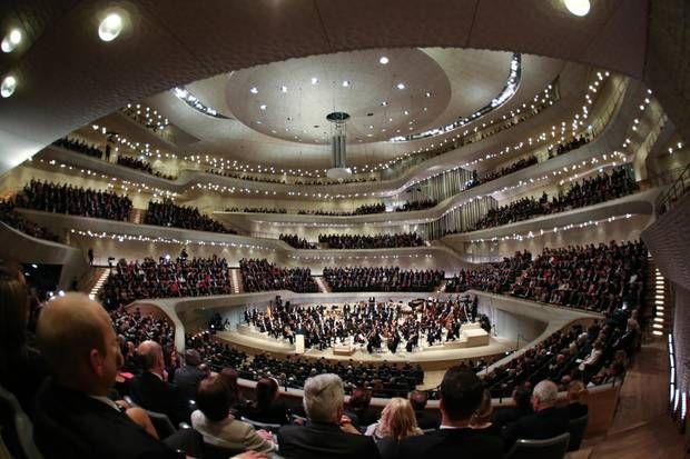 """11. Januar 2017: Endlich ist es soweit. 2100 Gäste durften bei der Eröffnung dabei sein. Der Schlusssatz des ersten Konzerts endete mit """"Freude, schöner Götterfunken"""" aus Beethovens 9. Sinfonie und im Saal gab es Standing Ovations vom Publikum."""