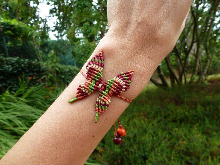 Papillon multicolore fait à la main en macramé : Bracelet par macramundi. 13 euros, livraison en France offerte !