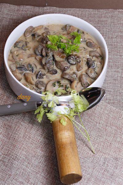 Préparation : 15 min Cuisson : 15 min Pour 4 personnes : -4 douzaines d'escargots en conserve -1 grosse échalote -1 gousse d'ail -200 g de champignons de saison (Paris, cèpes, bolets…) -40 cl de Chablis + 2 cuillères à soupe -40 cl de fond de veau -15...