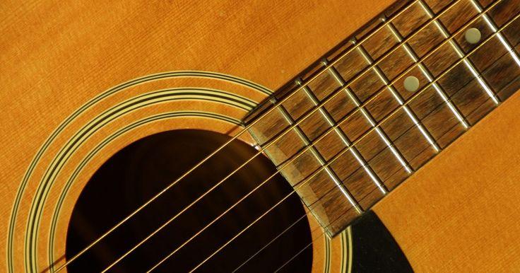 Como consertar um lascado na pintura de um violão. Como orgulhoso proprietário de um violão elétrico acústico, uma de suas prioridades máximas é provavelmente manter o violão com aspecto brilhante e novo. Infelizmente, acidentes acontecem, e é comum a pintura de instrumentos mais antigos descamar e lascar com o tempo. Com algumas técnicas simples e cuidados adequados, você pode restaurar seu ...