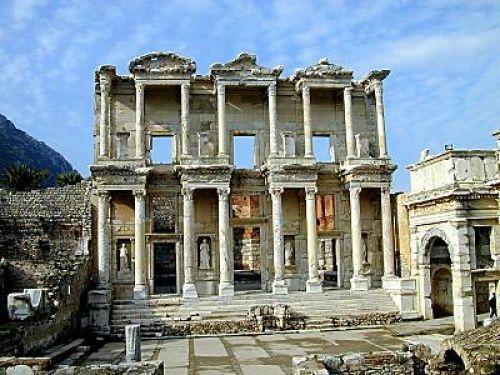 Efes (Ephesus), Amazon adı ile bilinen kadın savaşçılar tarafından kurulmuştur. İsminin, Ana Tanrıça kenti anlamına gelen Arzawa krallığındaki bir kentten, Apasas'dan geldiği düşünülür. Karyalılar ve Lelegler muhtemelen kentin ilk sakinleri arasındaydı. Efsaneye göre, kent kâhinlerin tavsiyesi üzerine bir balık ve yaban domuzunun rehberliğiyle gittikleri Kayster Nehri'nin denize döküldüğü yerin kıyısında ikinci kez Atina kralı, Kodros'un oğlu Androklos tarafından kurulmuştur.