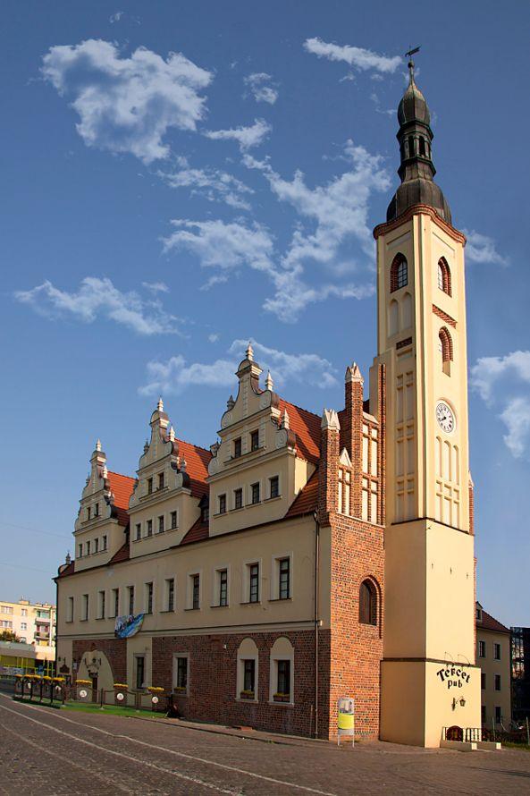 Ratusz w Gubinie - budynek wzniesiony w drugiej połowie XIV wieku, powiększony w 1502 roku, w latach 1671-1672 przebudowany w stylu renesansowym. Zniszczony w roku 1945, a następnie w okresie 1976-1986 odbudowany, obecnie siedziba placówek kulturalno-oświatowych miasta.
