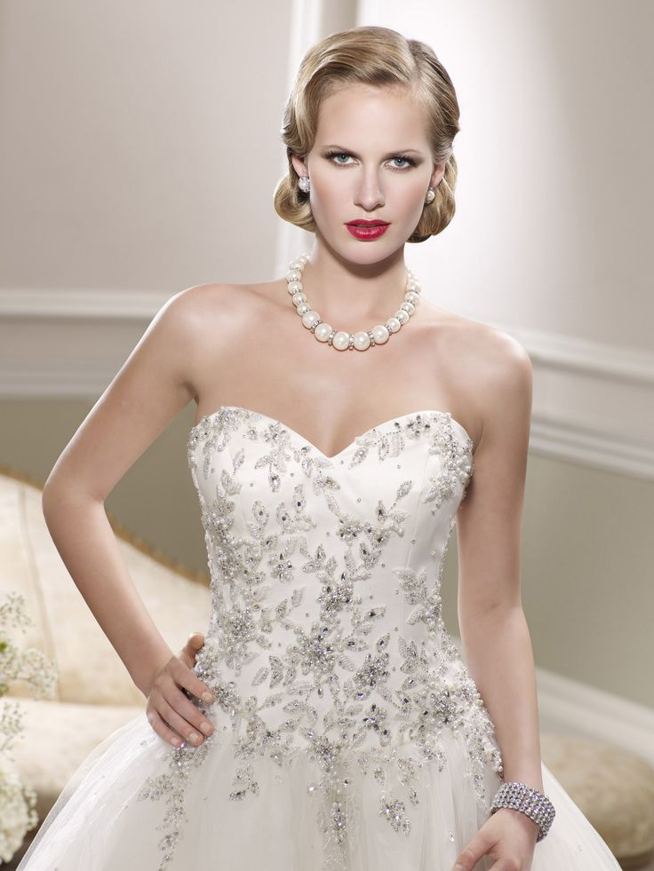 Krásne nové nadýchané tylové snehovo-biele svadobné šaty BRIGHTON s precízne zdobeným vyšívaným korzetom perličkami a krištálikmi na Vás čakajú v salóne DIAMOND v ŽILINE :)