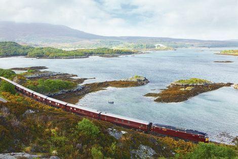 De Schotse hooglanden verkennen via trein? Dat kan met de Belmond Royal Scotsman die je op een meerdaagse trip neemt, door de natuur, vanuit de Schotse hoofdstad Edinburgh. Onderweg stop je bij verschillende whiskydistillerijen en kastelen. Je hoeft niet bang te zijn voor een overvolle trein, slechts 36 mensen kunnen aan boord slapen.