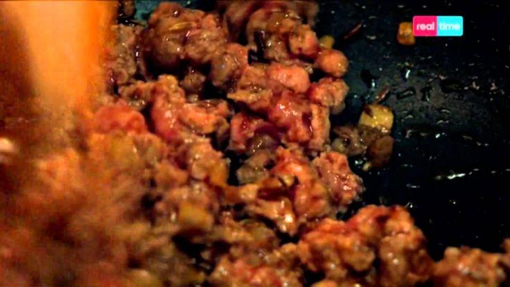 Cucina con Ramsay # 38: Hot Dog al Chili Una fantastica rivisitazione dei classici hot Dog americani completati da un chili di carne. INGREDIENTI: 2 grandi wurstel per hot dog 2 panini per hot dog 50 gr. di formaggio Lancashire spezzettato o grattuggiato (lo potete sostituire con dell'Asiago o della Grana tenera) 1 cipollotto mondato e ...