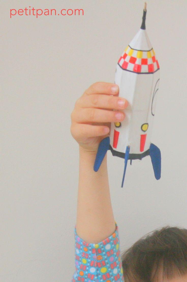 Petit sujet Fusée Petit Pan. Structure en bambou recouverte de soie peinte à la main.
