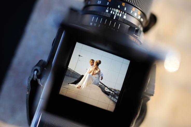 Prachtige foto's? 5 onmisbare tips van trouwfotografen    Je huwelijksdag is als een wervelwind. Waar moeten jullie zeker rekening mee houden voor die prachtige foto's die je nog jaren zal koesteren? Lees even mee…