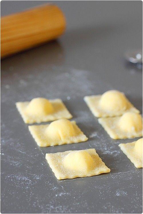 Je vous propose la recette des raviolis faits à la main en images. Vous les préférez carrés, demi-lunes ou façon Tortellini ?