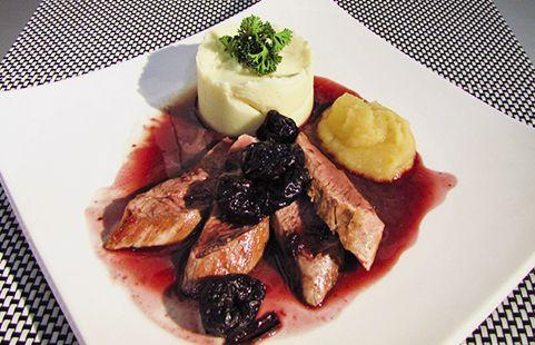 Para un solomito de cerdo con ciruelas y vino tinto, se necesita:  • Cuchillo del chef • Set de sal y pimienta • Colador