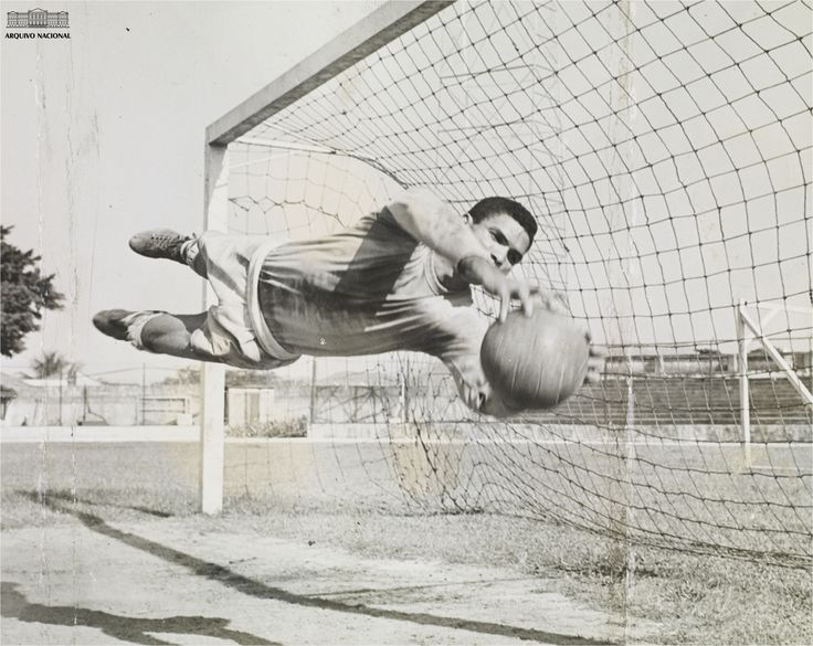 Goleiro Manga durante de treinamento em janeiro de 1960, quando atuava pelo Botafogo. Fundo Correio da Manhã. BR_RJANRIO_PH_0_FOT_31721_005