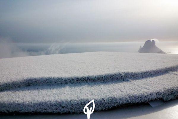 Césped de color blanco en una plataforma sobre un acantilado