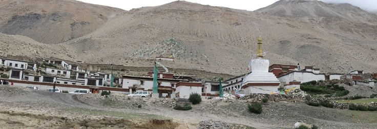 Stupa and flags near Rongbuk monastery.