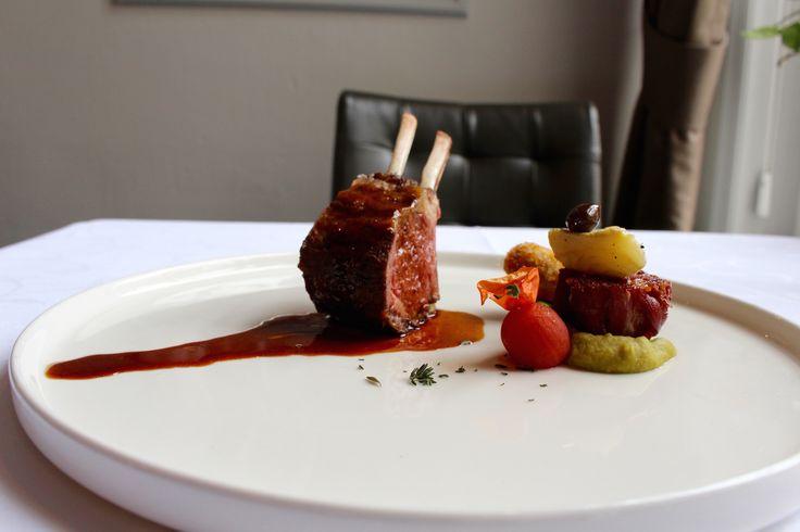 Rack & nek van lam met aubergine, knoflook, hummus en artisjok, Restaurant Hemingway in Bergen op Zoom.