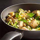 Zalm met tuinbonen, broccoli en sugarsnaps uit de wok - recept - okoko recepten