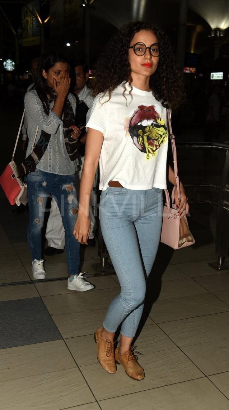 371ca56bf3c70fc58d07a57c194aafb6 Here are top 5 Bollywood celebrity airport outfit which makes it all a jazz. Bollywood