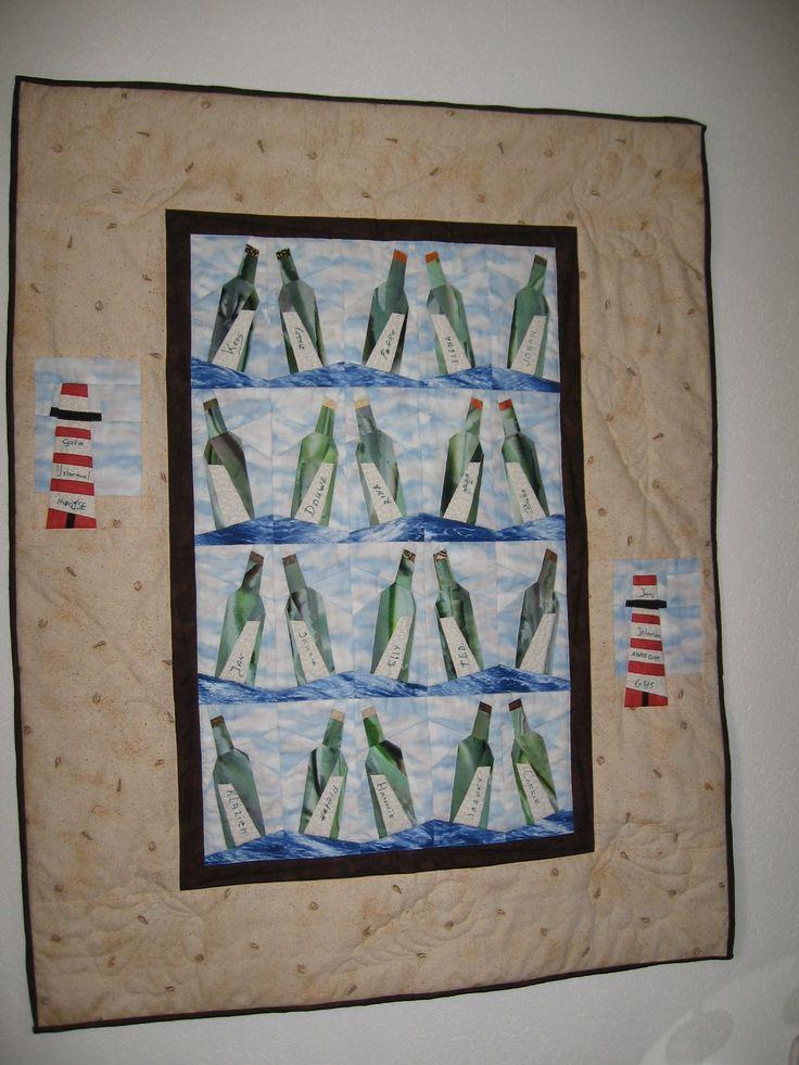 quilt gemaakt met in de flessen de namen van de familie