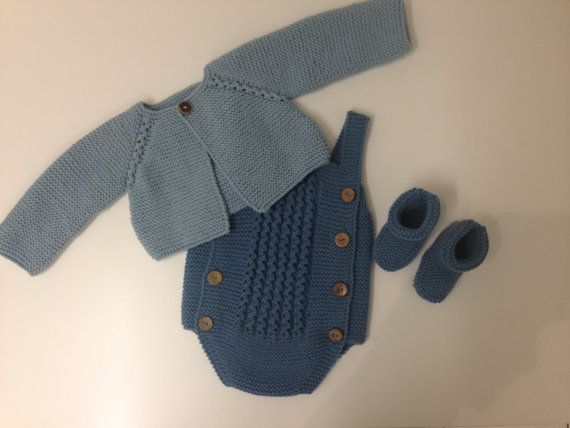 Pattern in Spanish for the realization of this beautiful set for baby of 6 to 9 months.  Level of difficulty: medium  Materials: 2 skeins of wool type MAMA (wool from baby) blue light 2 skeins of wool type MOM (wool from baby) dark blue 13 buttons AG. No. 4  If instead of the pattern like the garment already made write me an email (gczalba@yahoo.es) and you give more details of price, colors and time of realization.