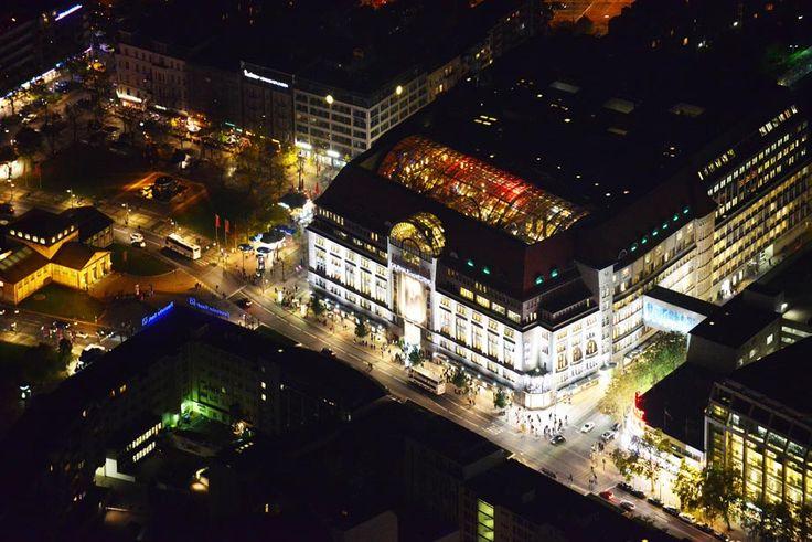 ღღ Schimmernder Einkaufspalast in der City West: das KaDeWe am Tauentzien. Links der U-Bahnhof Wittenbergplatz. ~~~ West City with department store KaDeWe. U-Bahn station Wittenberg Platz to the left.