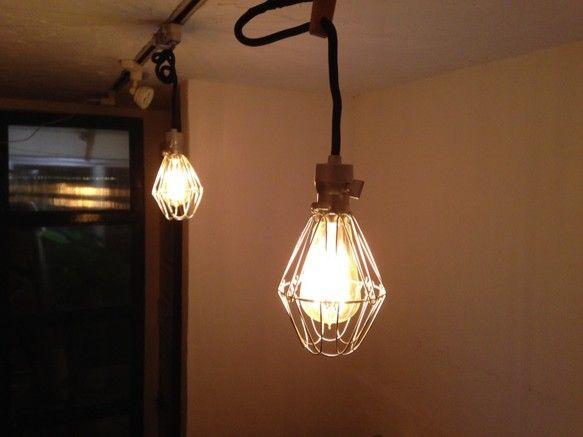 ◾️アンティーク風ペンダントライト(エジソンランプ40W付き)◾️⚫︎電球付きですぐに使用できます。⚫︎ソケット部分と天井取り付け部分はシルバー、布コードはブ... ハンドメイド、手作り、手仕事品の通販・販売・購入ならCreema。