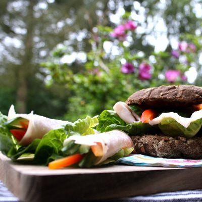 Måltidskassen Ret Nemt bruger vores burgerboller. Her er det vores fuldkornsbolle som er med i frokostkassen, som en nem og sund madpakke.
