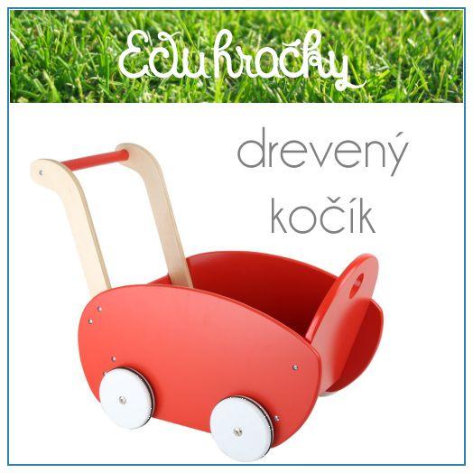 Červený kočík je vyrobený z dreva, ktoré je ošetrené červeným náterom. Robustnú rukoväť ľahko uchopia detské ruky a pomôže deťom pri prvých krokoch. Kolieska sú pogumované, čo zaručí hladký a tichý chod po akejkoľvek podlahe. Už je len treba do kočíka vložiť bábiky, plyšáky, alebo aj drevené kocky.