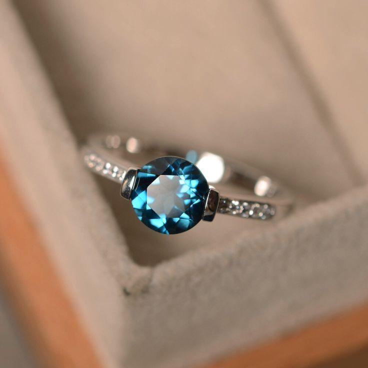Londres topaze bleue, bleu pierres précieuses bague, rond coupe bague, bague de fiançailles par LuoJewelry sur Etsy https://www.etsy.com/fr/listing/276496888/londres-topaze-bleue-bleu-pierres