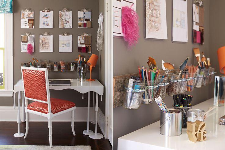 Espacios de trabajo inspiradores  Para aprovechar los frascos vacíos, podés armar un contenedor de pared como se muestra en este escritorio moderno. Foto:Houseofturquoise.com