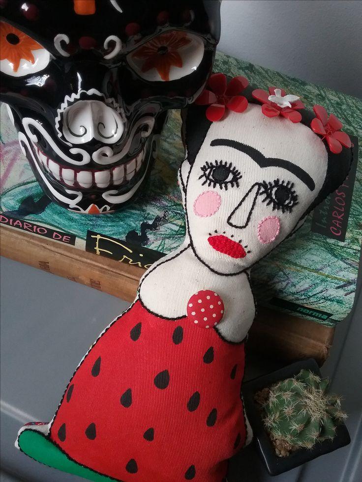 Muñeca de bulto de Frida Kahlo inspirada en su ¡¡¡Viva la vida!!! Trabajo de pintura y bordado sobre lienzo crudo de algodón