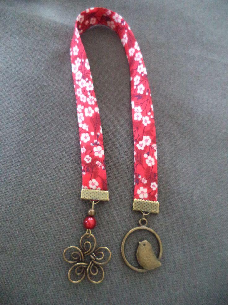Marque pages avec ruban liberty of london rouge à fleur blanches et breloques bronze oiseau et fleur