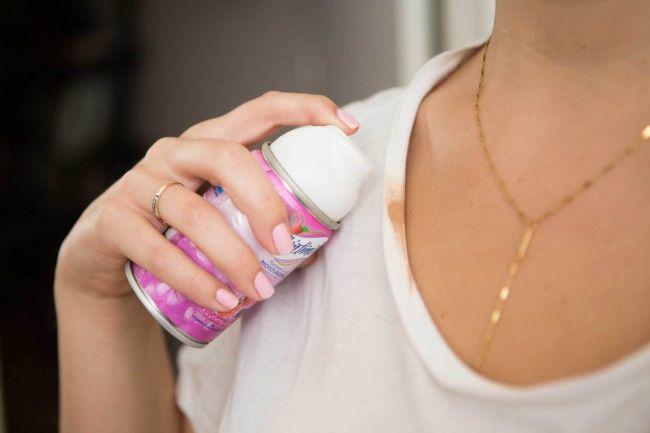 Избавиться от следов тонального крема на светлой одежде можно с помощью пены для бритья