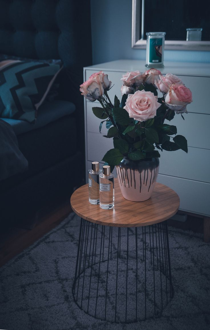 Interior Design Bett Bedroom Beistelltisch Metall Holz Vase Broste Copenhagen inspiraton stylejunction