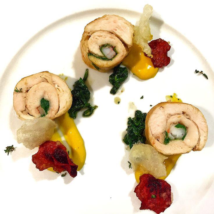 Fiori di Pollo. Rondelle di #pollo con #gamberi, #guanciale e #spinaci #cotte a #bassatemperatura e #rosolate con #timo e #aglio. Guarnizione di #salsa #bernese  all'#arancia, spinaci saltati e #chips di #daikon #rapabianca e #raparossa in #tempura. #NonSaràGourmetMaÈComePiaceAMe #food #gourmet #foodporn #foodgram #foodphotography #foodlover #follow4follow #foodpic #foodgourmet #foodstagram #dinner #lunch