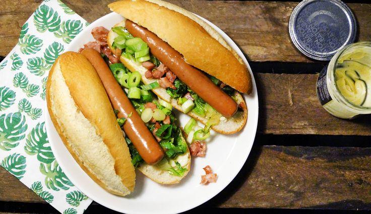 Makkelijk en lekker recept voor hotdogs met truffel, knapperige spekjes, gebakken sla en rauwe bosui #gewoonwateenstudentjesavondseet