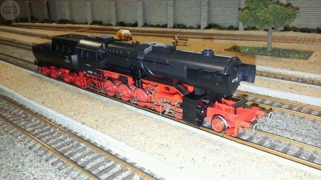 . Locomotora de vapor 1-5-0 clase BR 42 de los ferrocarriles alemanes DR. �poca 2. Modelo n. 42 555 muy detallado, en escala H0 y corriente continua hecho en Austria por Liliput. Motor con volante, topes amortiguados, luces delanteras y traseras. Luz roja d