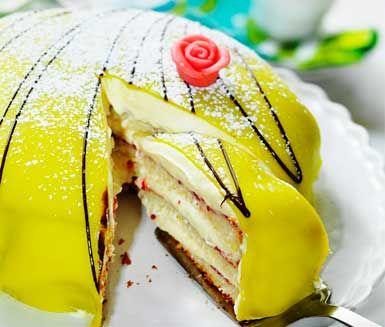Vad passar bättre in på ett kalas eller högtidsfirande än en strålande, härlig prinsesstårta? Tårtan som är fylld av grädde och övertäckt med marsipan är en favorit hos både stora och små.