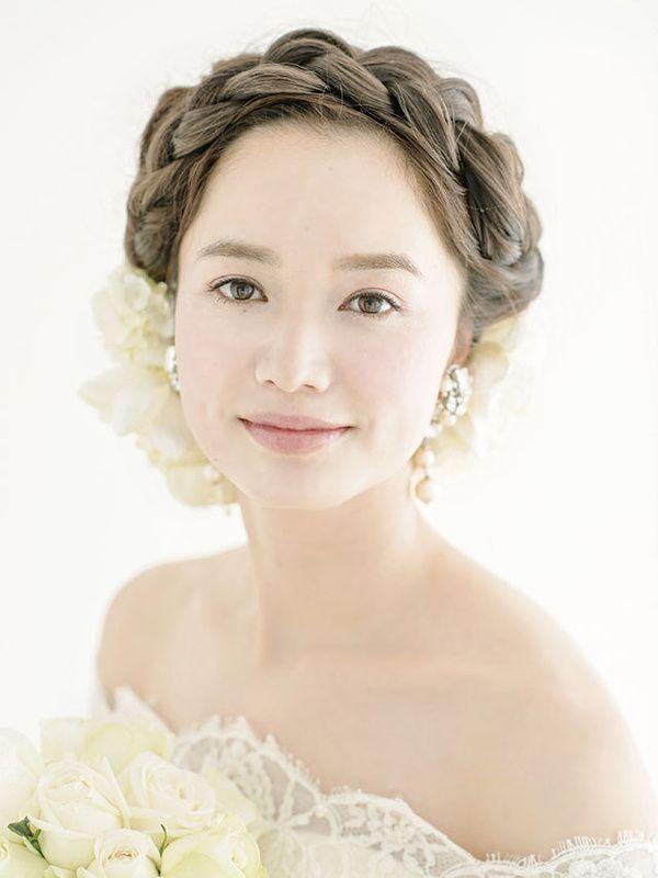 本物のお花をあしらった生花ヘアは、いつの時代も花嫁の憧れ♡今どき花嫁なら、生花はニュアンスヘアにさりげなくあしらって、おしゃれでフレッシュなブライズヘアを完成させて。たくさんのスタイルの中から、あなたらしいアレンジが見つかるはず! ■...